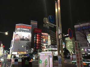 夜の新宿駅前