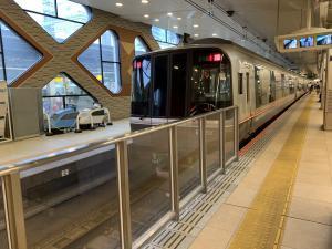 新宿駅のロマンスカーの画像